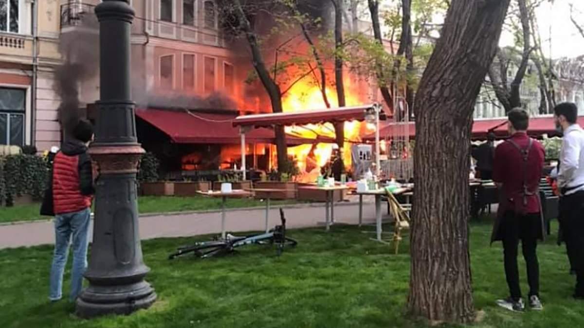 В Одессе загорелся ресторан Счастье и отель Пале-Рояль: фото, видео
