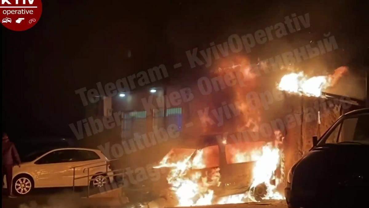 В Киеве на ДВРЗ сгорело авто, огонь перекинулся на магазин