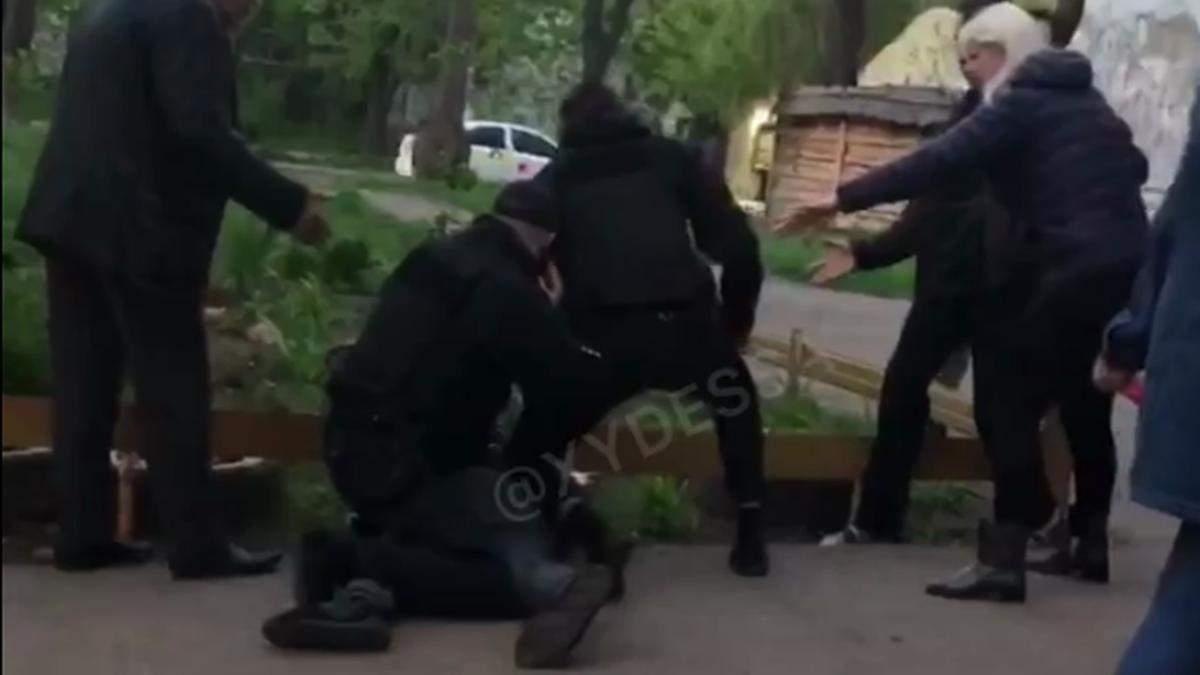 В Одессе на детской площадке пьяные мужчины набросились на мальчика