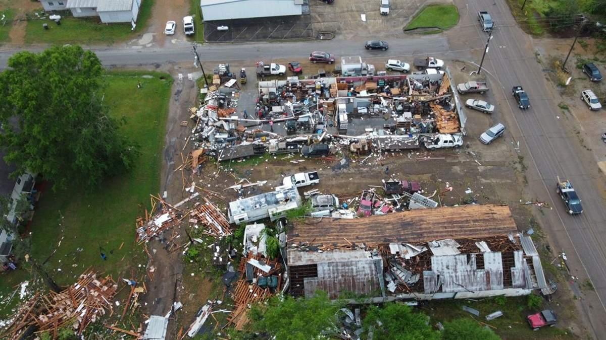 Потужний торнадо у Джорджії забрав життя двох людей: фото, відео
