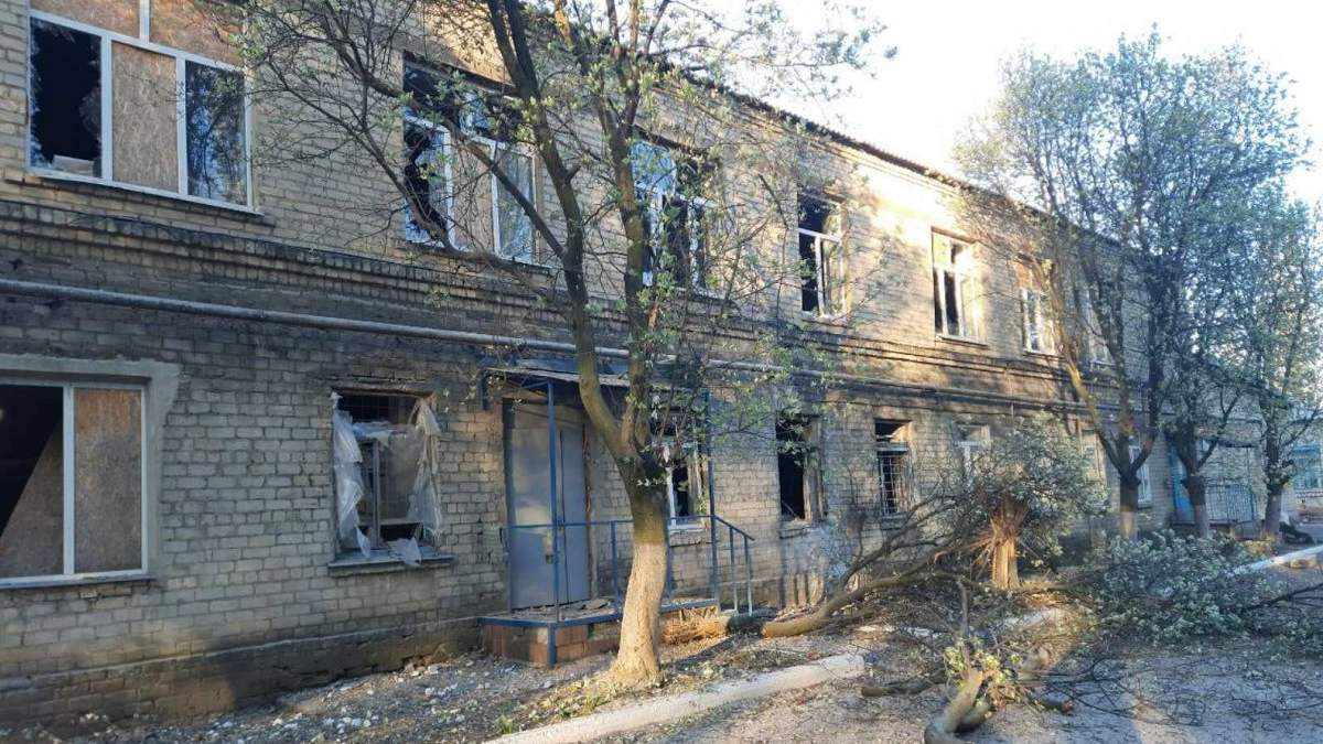 Оккупанты обстреляли больницу в Красногоровке с 45 пациентами