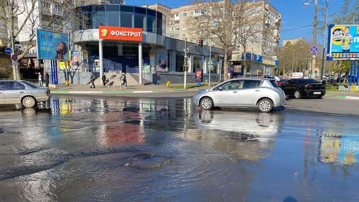 В Черноморскую из-за прорыва воды образовалось озеро: видео