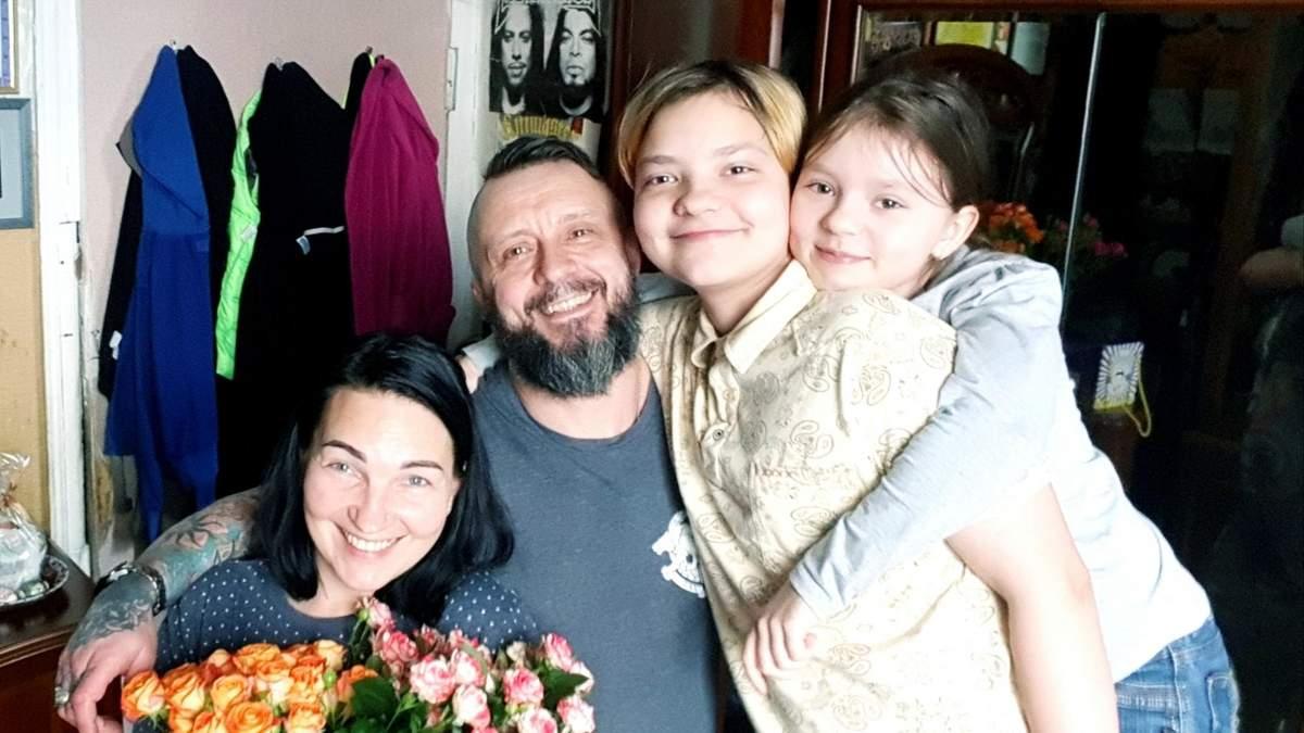 Дети обнимают и молчат: подробности возвращения Антоненко домой