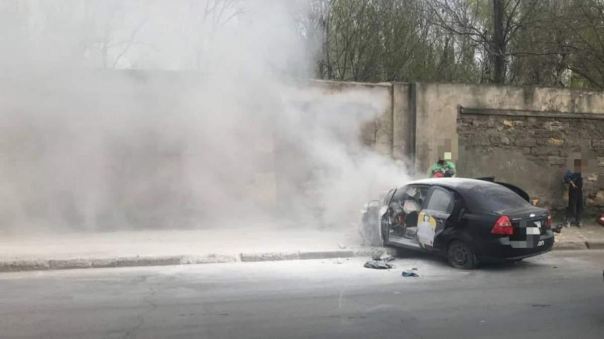 В Одесі таксі Uklon врізалося в стіну та загорілось: відео 18+