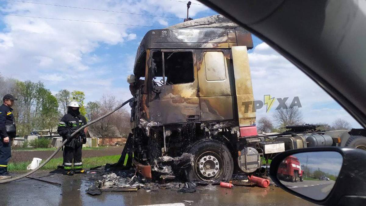 На трассе Харьков - Ахтырка на ходу загорелась фура фото, видео