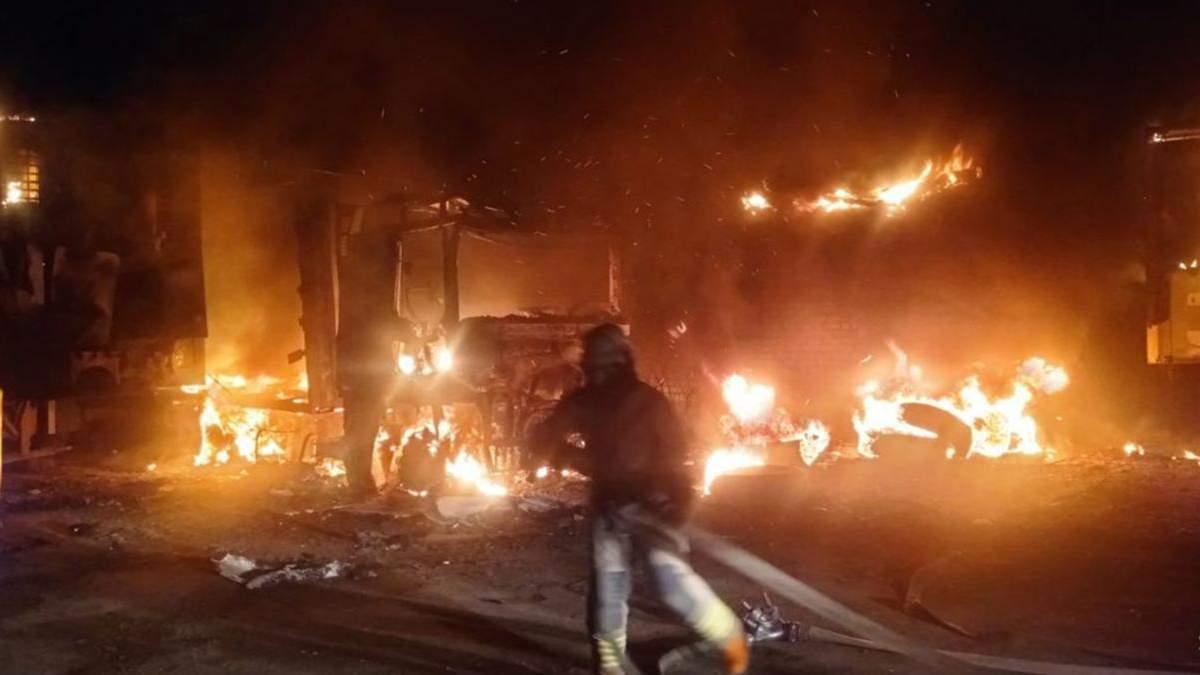 Под Харьковом дотла сгорел грузовик фото, видео