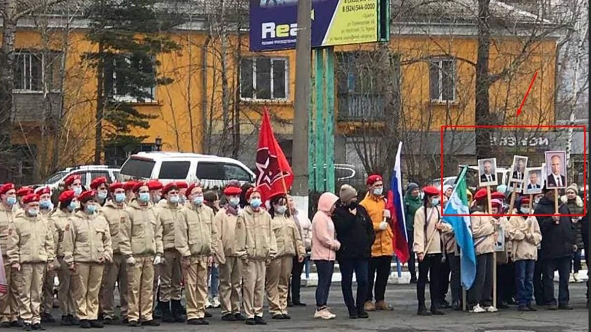 В России дети вышли на ходу с портретами Путина: фото