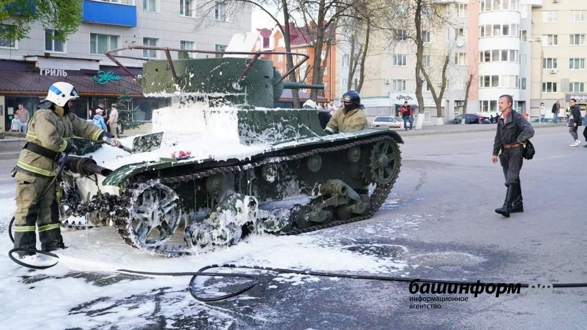 Побєдобєсіє з вогником: у Росії на репетиції параду до 9 травня загорівся танк – фото