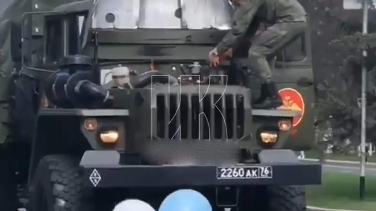 В России во время парада загорелась военная машина: видео