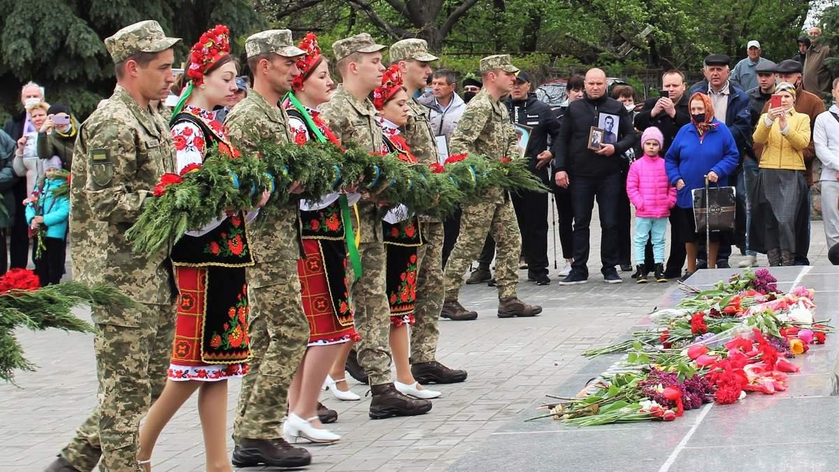 Не празднуем: военные почтили погибших во Второй мировой войне