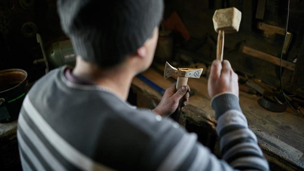 Карпатський майстер плекає давнє ремесло Гуцульщини: колоритне відео - Канал 24