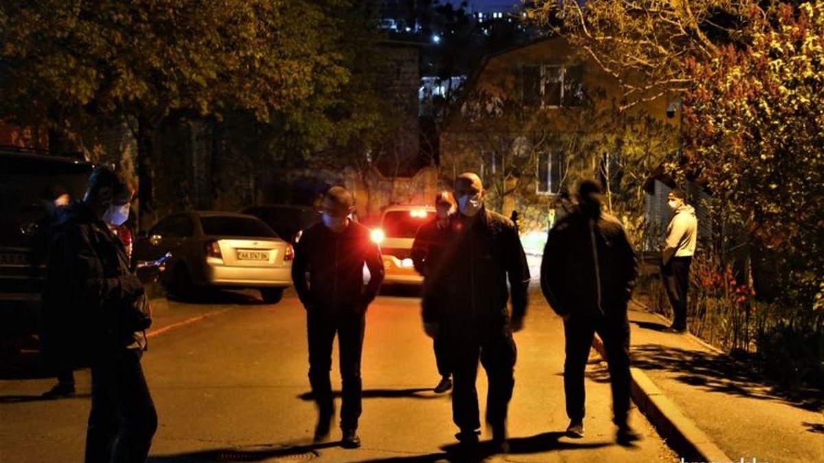 Люди в черном не дали эвакуировать авто Медведчука: видео