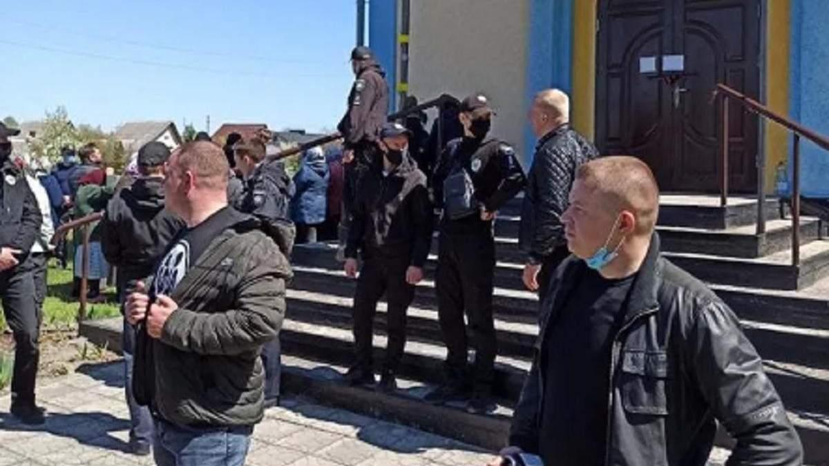 На Ровенщине верующие МП и ПЦУ подрались за церковь: есть пострадавшие