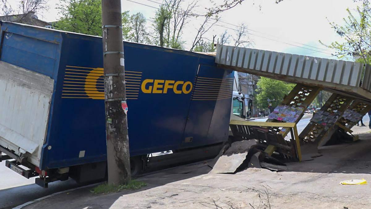 В Днепре грузовик 12.05.2021 снесла остановку: видео и фото ДТП