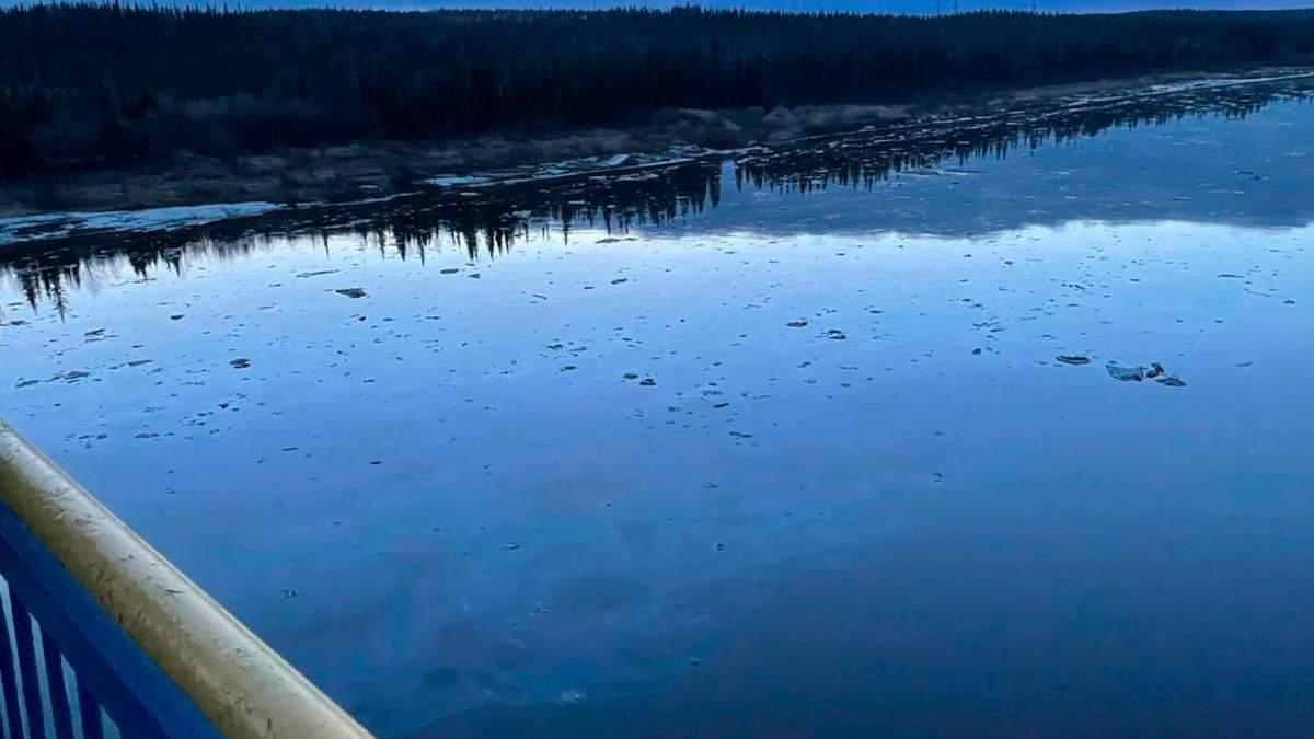 В российском городе ввели НС из-за разлива нефтепродуктов в реку