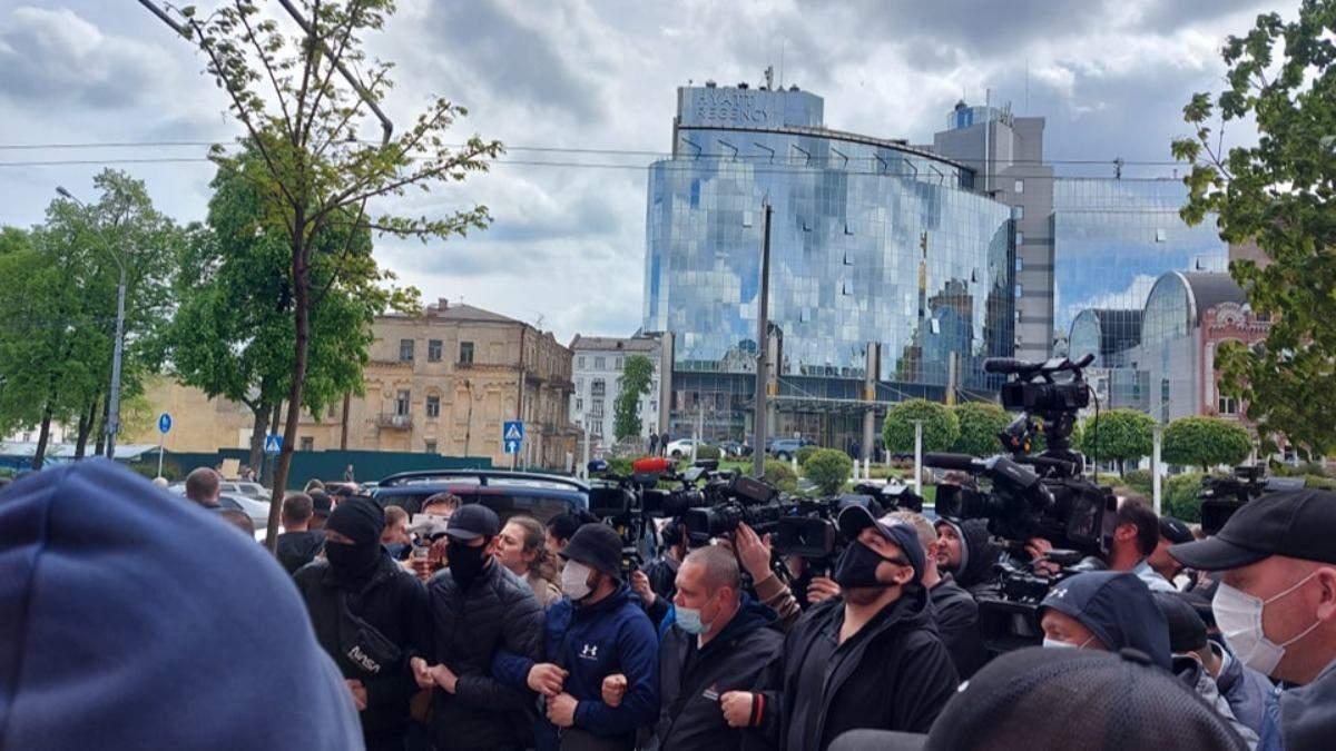 Медведчук прибыл в суд: здание усиленно охраняют