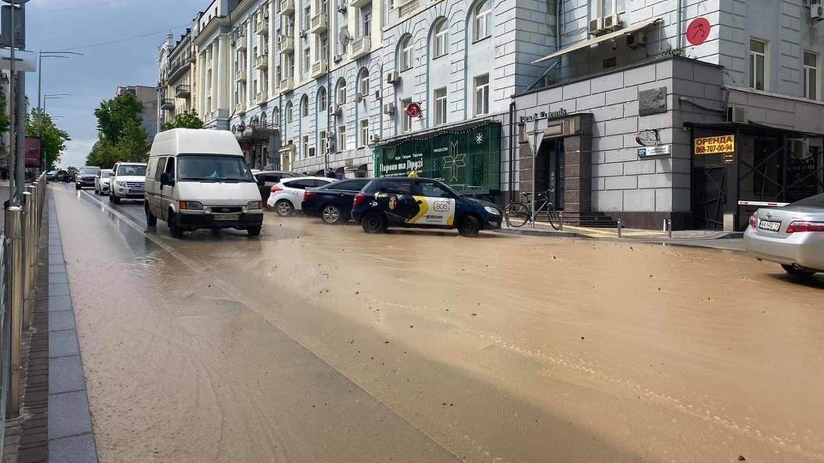 У центрі Києва вулицю залило окропом та багнюкою