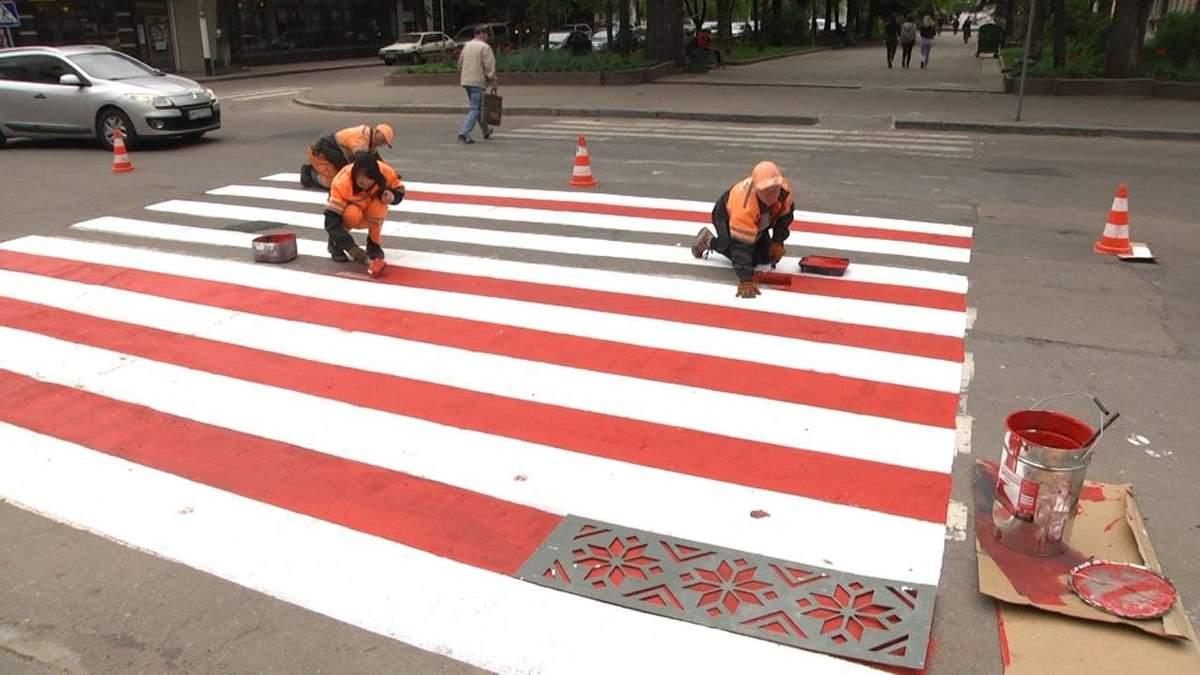 У Житомирі пішохідний перехід прикрасили вишивкою: фото
