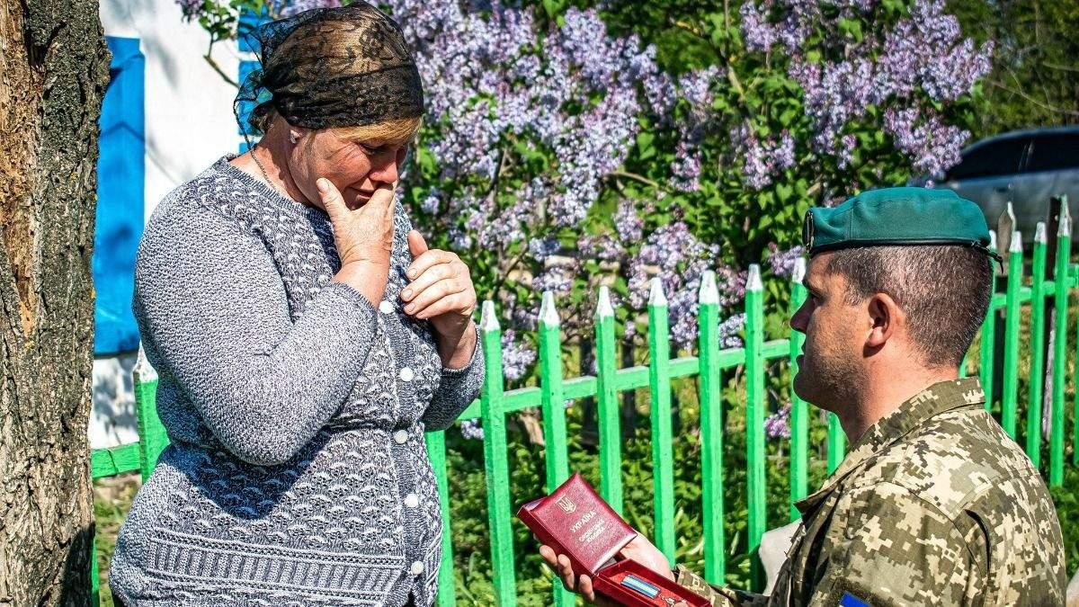 Матері загиблого українського воїна вручили орден За мужність
