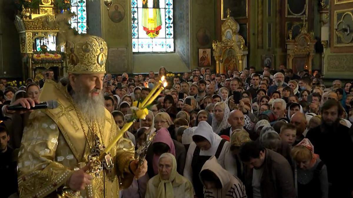 Віряни без масок і дистанції: Онуфрій у Харкові влаштував літургію