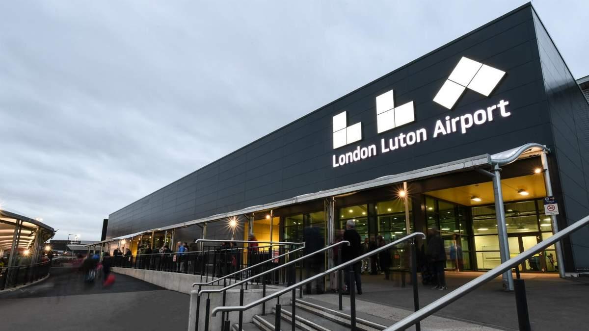 В аэропорту Лутон подрались пассажиры: много задержанных, видео