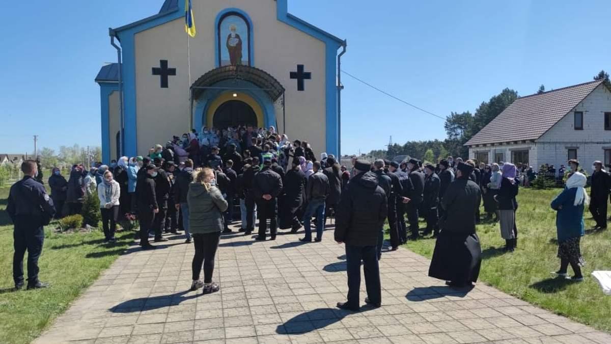 Религиозный конфликт в Ровенской области: в ПЦУ заявляют о титушках и заговоре полиции с УПЦ МП