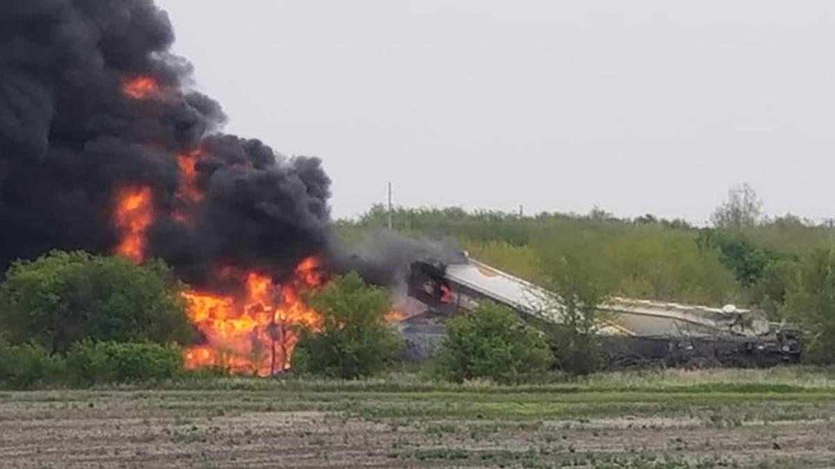 В США поезд с химикатами сошел с рельсов и загорелся: видео