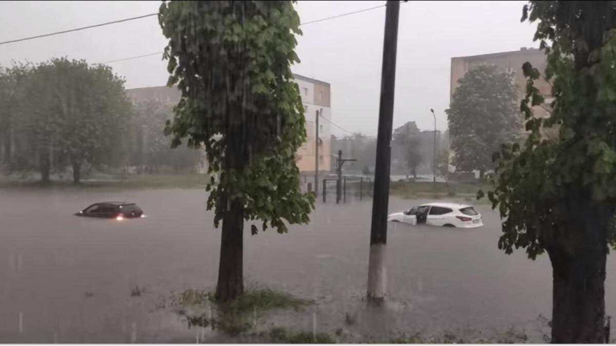 Затопило будинки, вулиці та авто: у Червонограді лютувала негода - фото