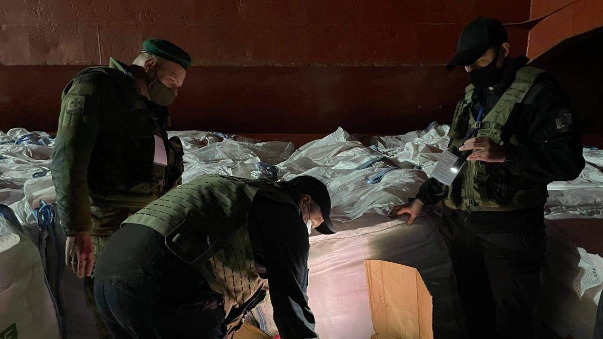 У Миколаєві третю добу розвантажують рекордну партію контрабанди