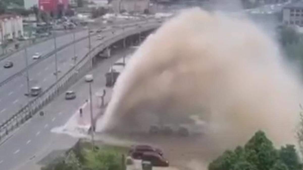 В Киеве на Демеевской площади фонтан воды залил машины: видео