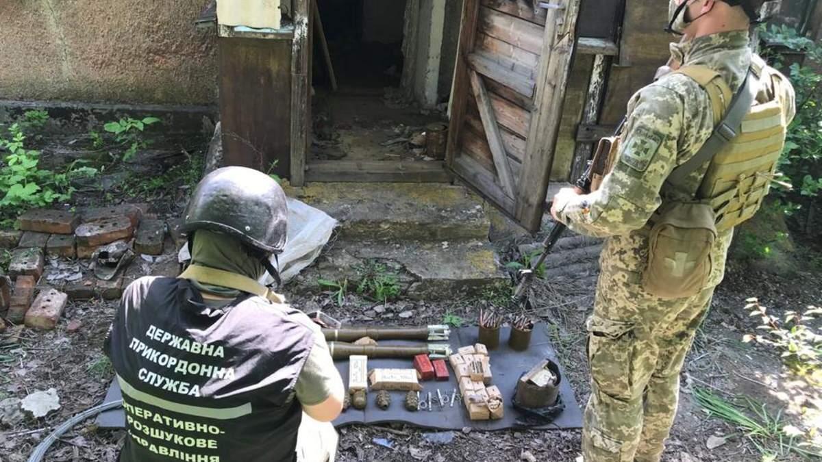 Прикордонники знайшли сховох зброї бойовиків