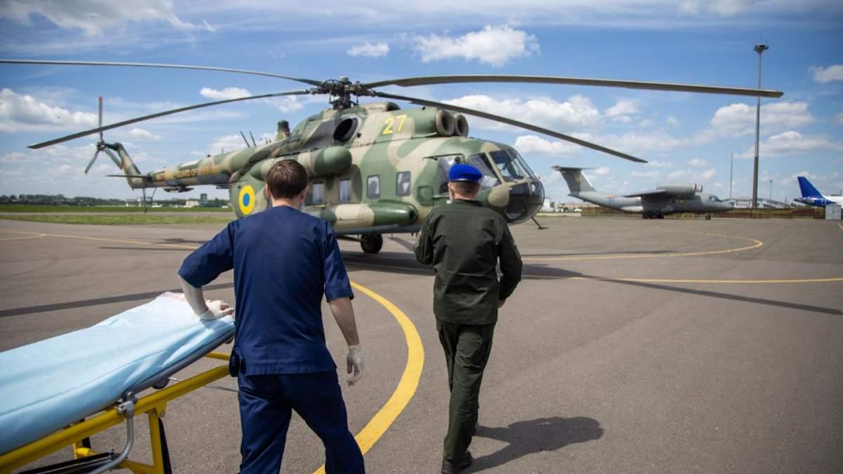 Раненого под Марьинкой бойца вертолетом доставили в Киев