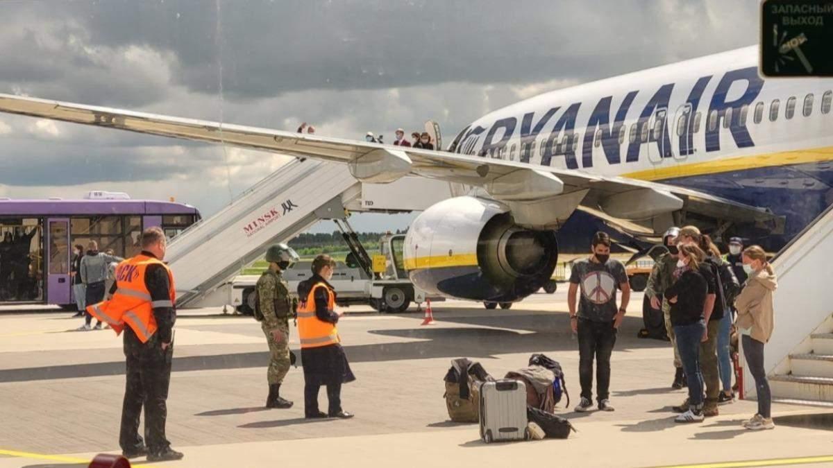 Літак Ryanair вже у Вільнюсі: опозиція каже, 6 людей не вилетіли