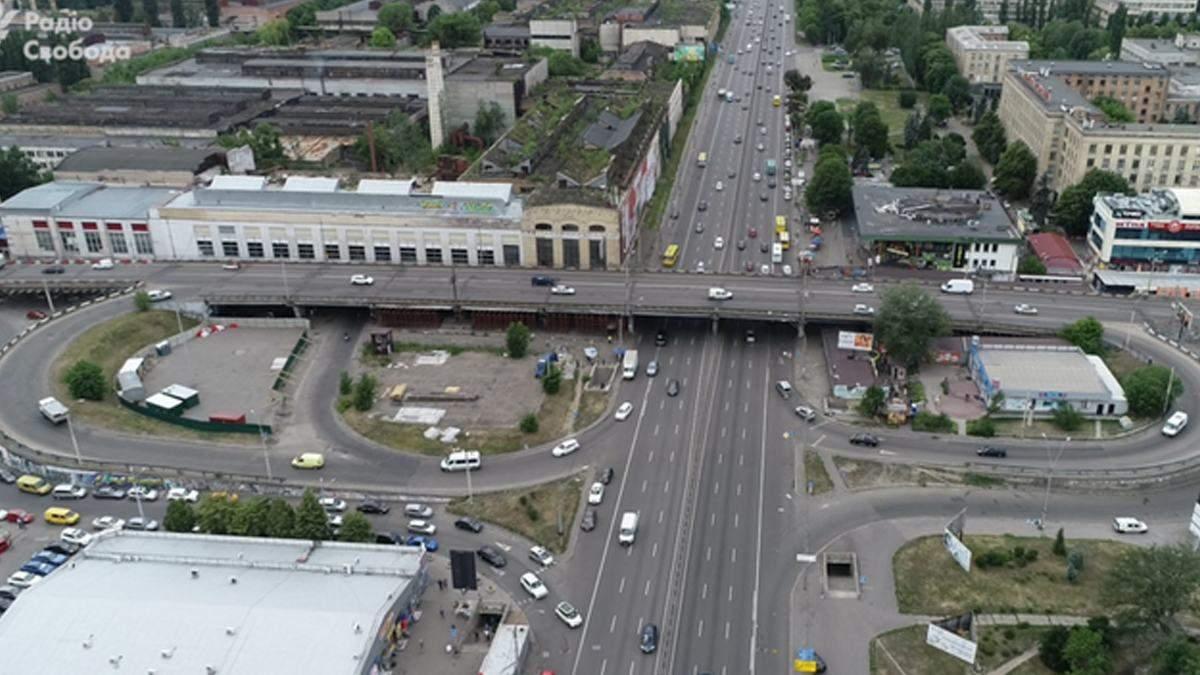 У Києві на Шулявському мосту з'явився фонтанчик: відео