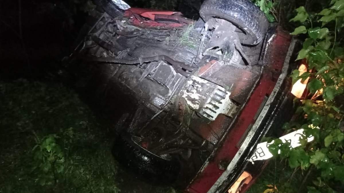 На Львівщині авто п'яного водія вилетіло в кювет і перекинулось: постраждали 17-річні дівчата