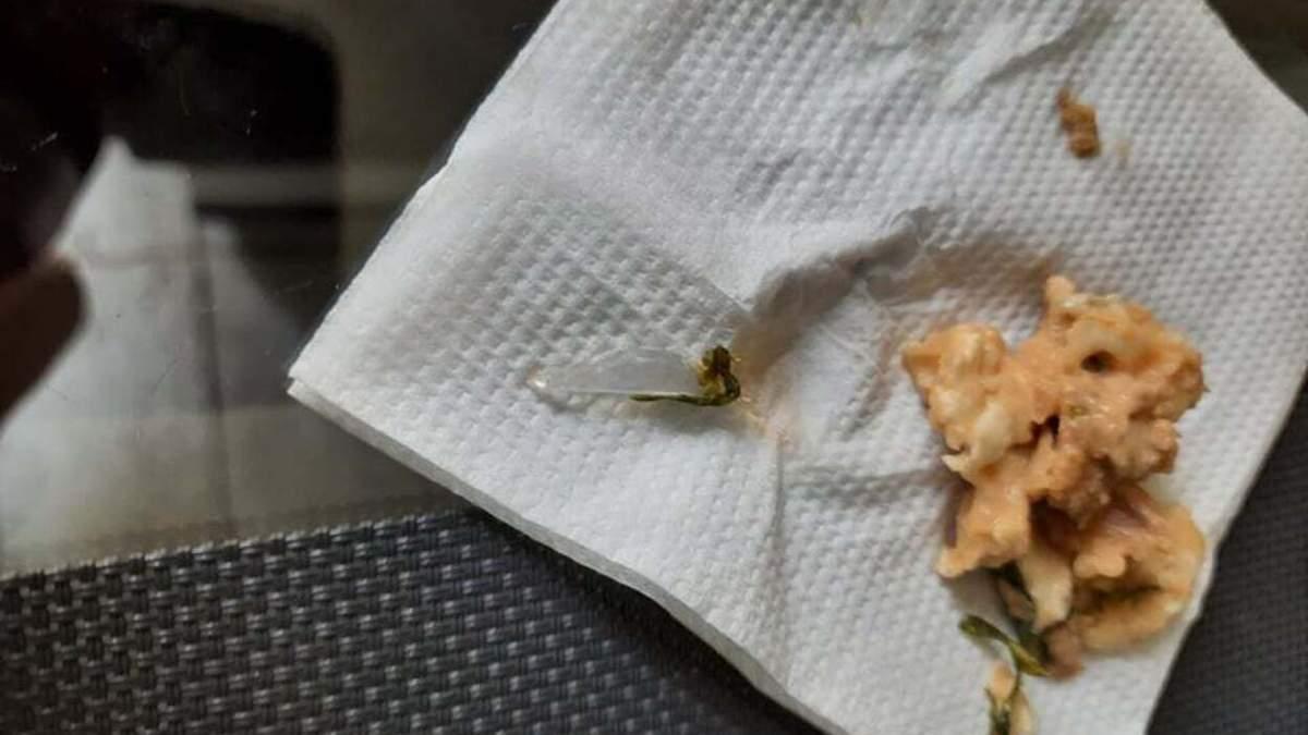 Небезпечна знахідка: львів'янин виявив шматок скла у кебабі – фото
