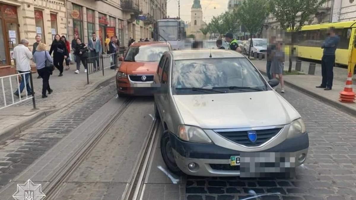Въехал в Porsche и убежал: во Львове водитель под действием наркотиков разбил 5 авто - фото и видео