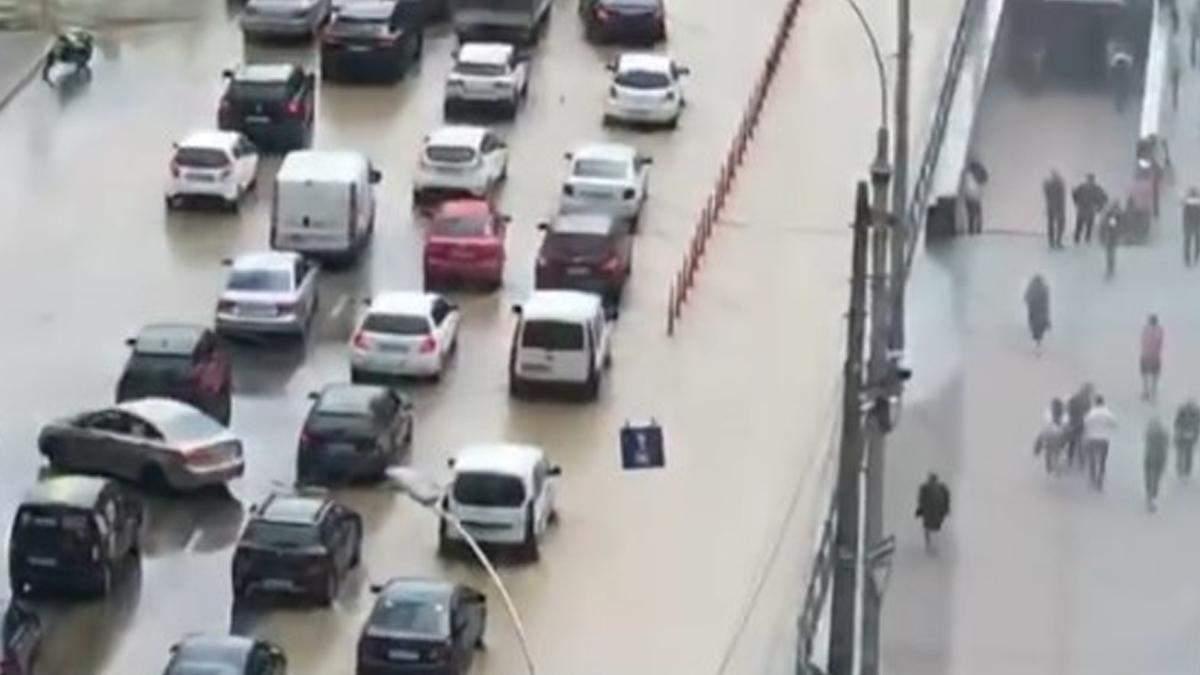 У Києві знову прорвало трубу біля Ocean Plaza: машини пливуть