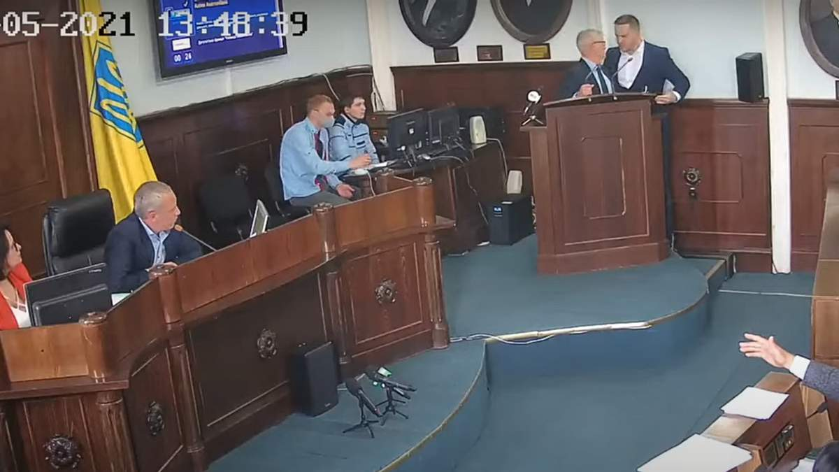 У Чернівецькій міськраді штовханина між Бешлеєм і Кушніриком: відео