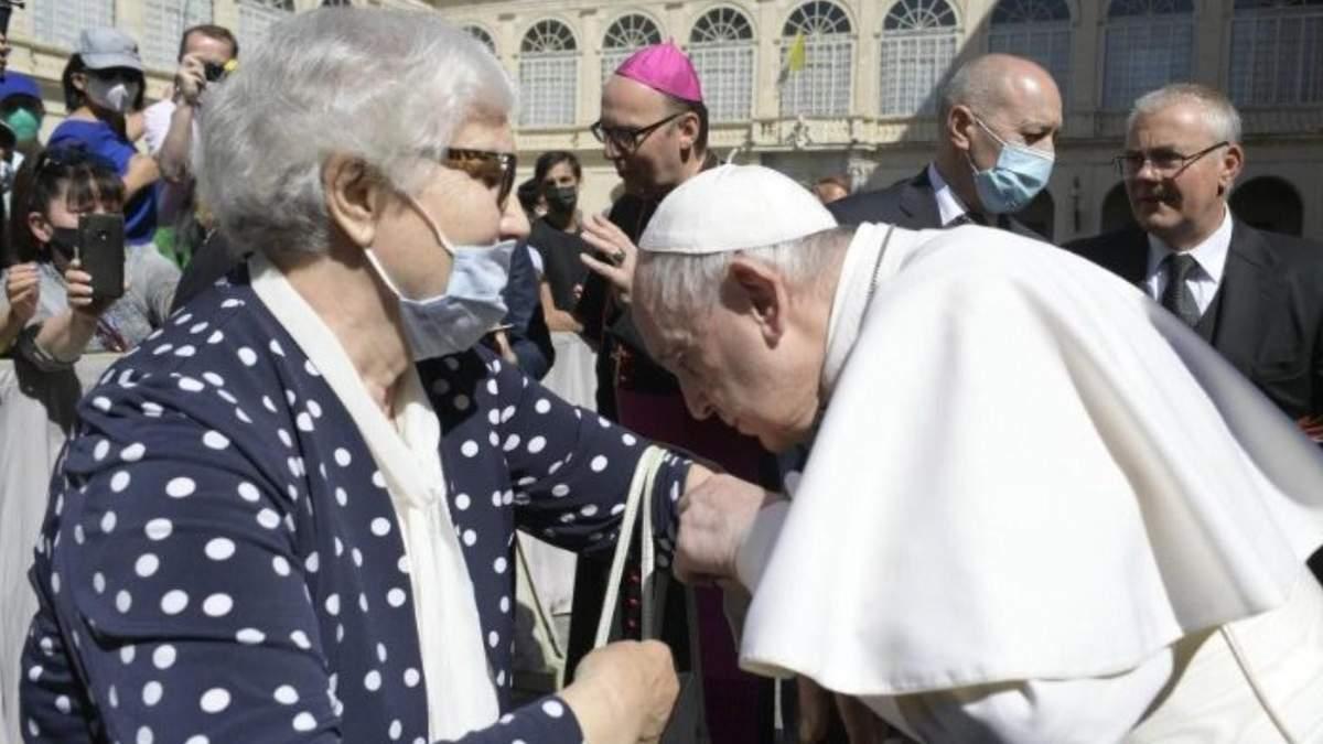 Папа Римский поцеловал татуировку на руке выжившей в Освенциме: видео