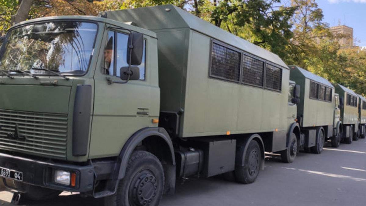 Під Києвом зіткнулось 6 вантажівок: серед них транспорт Нацгвардії
