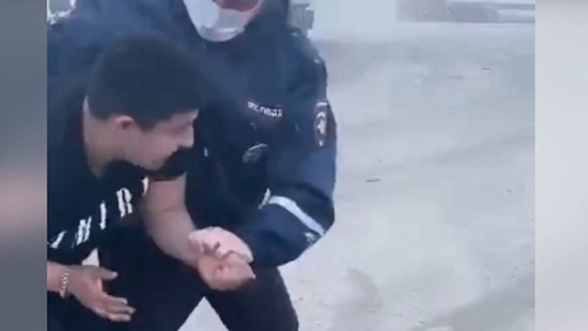 В России полицейский случайно выстрелил в голову парню: видео