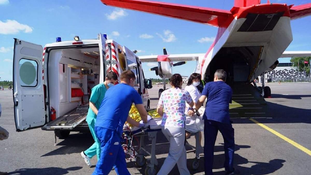 В Киев самолетом из Запорожья транспортировали 3-летнюю девочку