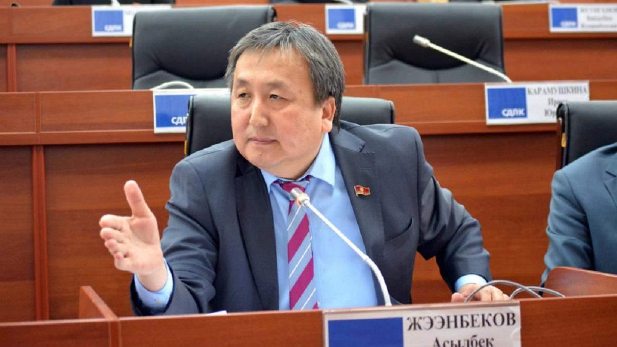 Задержали за коррупцию: в Кыргызстане 2 политиков будут судить