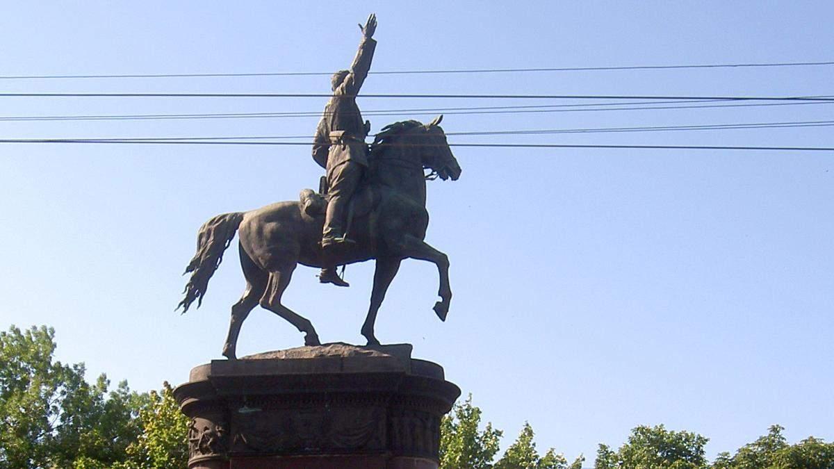 В Киеве все же уберут памятник Щорсу