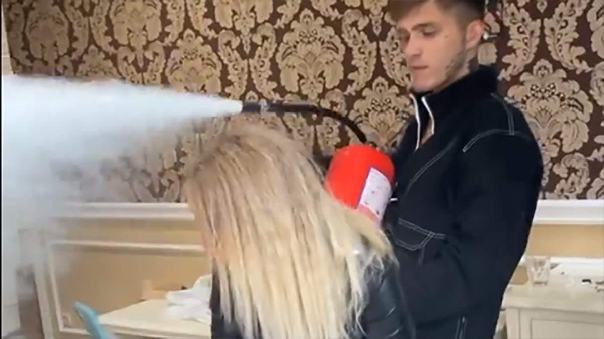 У Києві блогери влаштували погром на квартирі: відео