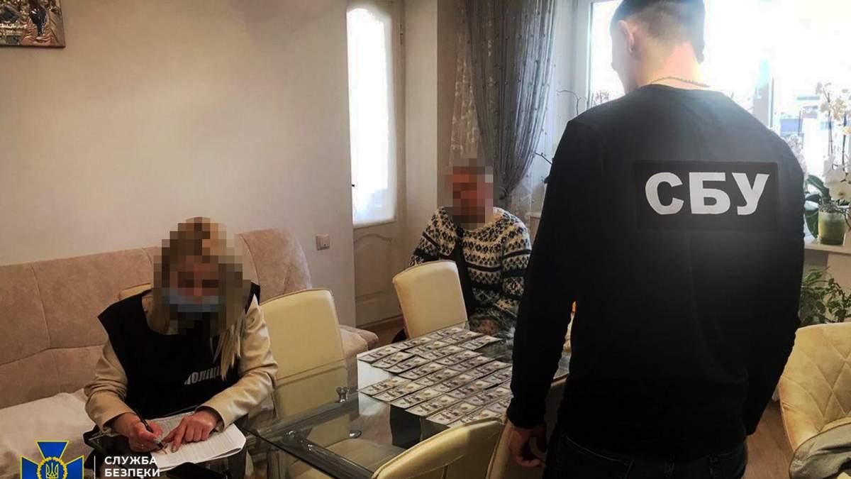Требовала 8 тысяч долларов у участника АТО: во Львове задержали врача-взяточницу - фото и видео