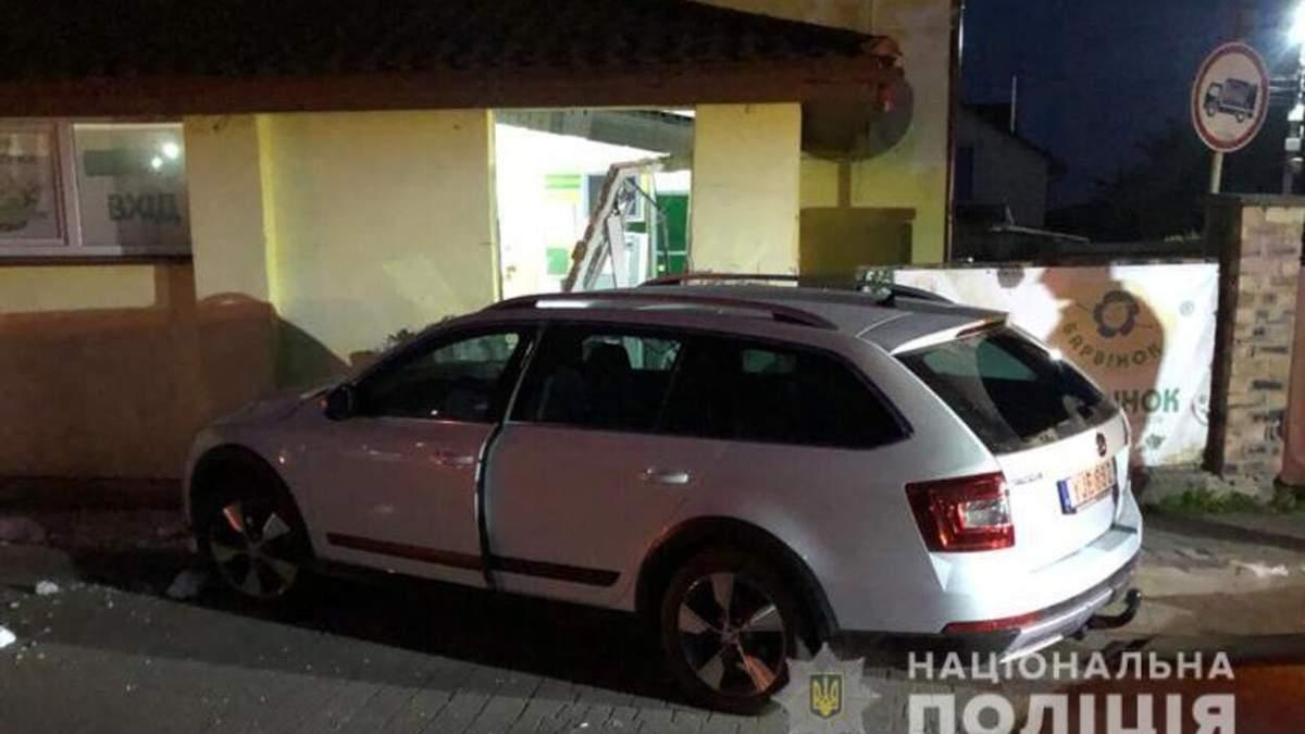 Убегал от полиции: на Львовщине пьяный водитель полностью разнес стену и двери супермаркета - фото
