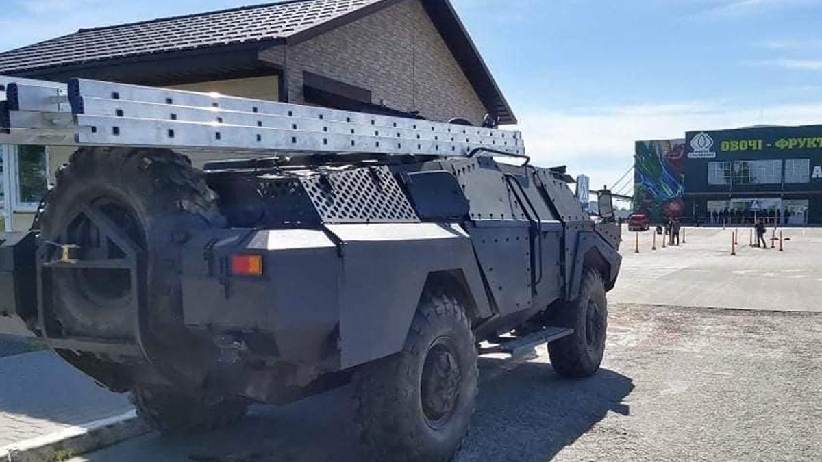 У Києві біля ринку Столичний помітили бойову машину: фото