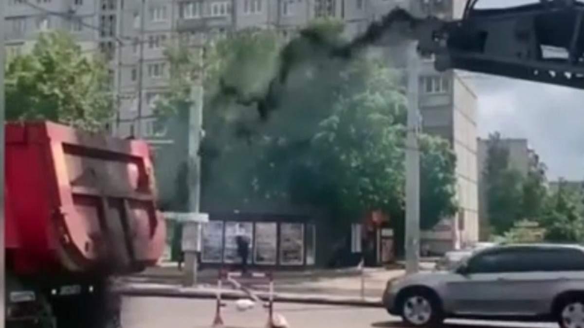 Ремонтники дороги в Києві сипали асфальт не туди: відео